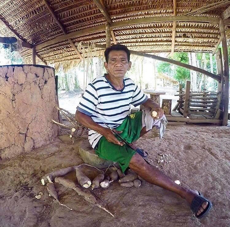 Un caboclo épluche le manioc avec sa machette