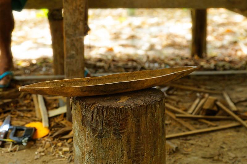 sculpture d'une pirogue en bois