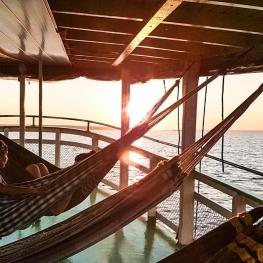 Hamac-sur-le-pont-d-un-bateau